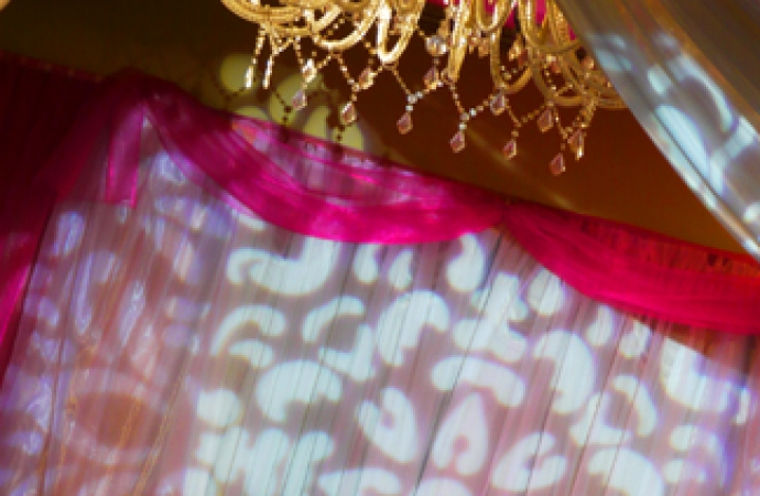 13-TDX-Damask-Gobo-Pattern-at-Bride-and-Groom-Table
